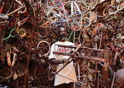 """Meissa Fall le sculpteur qui  """"recycle"""" les vélos en oeuvre d'art"""