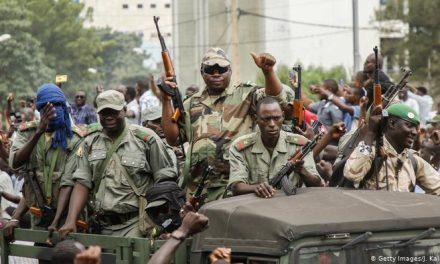 Coup d'état au Mali: le président démissionne, l'armée prend le pouvoir