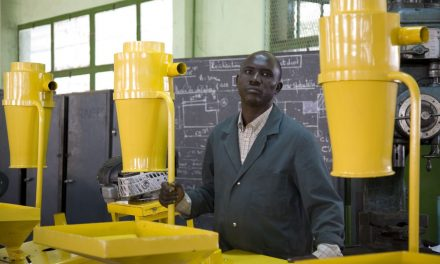 Un sénégalais invente une moissonneuse à criquets