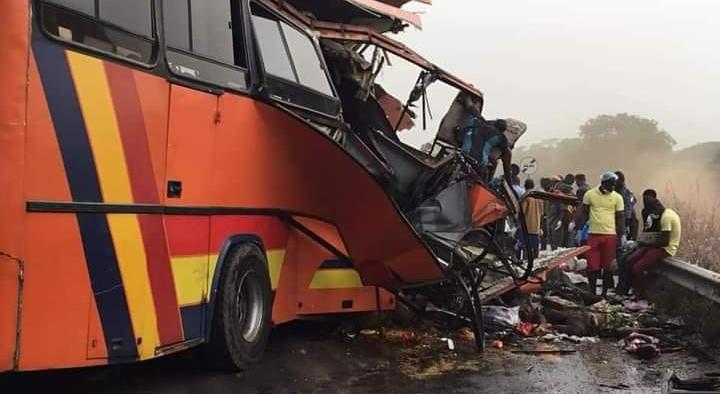 Dix morts dans une collision entre un bus et un camion